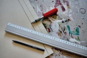 cutter,cartoncino,matita  e base di ritaglio