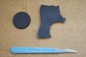 carta abrasiva, cutter e basetta di plastica