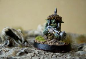 una Kakkola avanza tra le rocce, terreno e miniatura Games Workshop realizzati da giallinovagabondo
